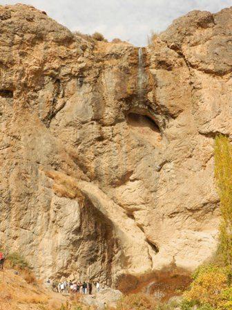 محل آبشار سنگان (که اکنون در کم آب ترین حالتش است)